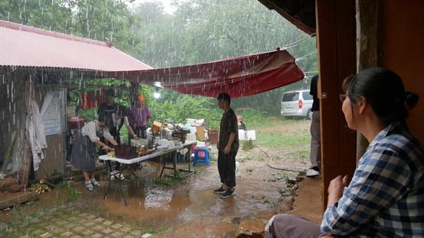 지난해 배부른 잔치를 시작하기 하기도 전에 비가 억수 같이 쏟아졌습니다. 하지만 하늘은 나눔과 섬김의 배부른 잔치를 허락했습니다. 공연시간이 임박해 비가 그치기 사작했다가 공연 끝날 무렵 다시 비가 내렸습니다.