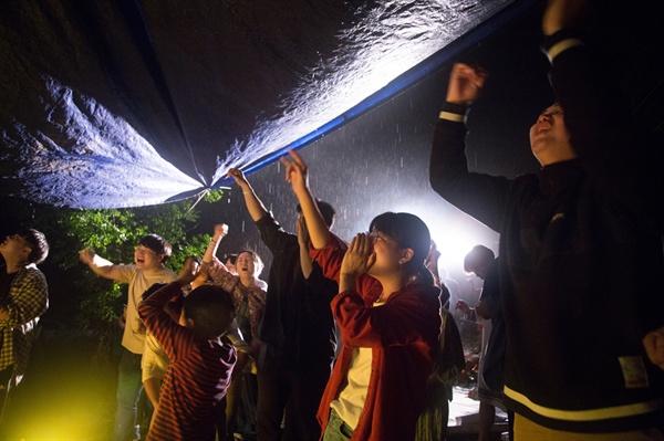두번째 배부른 잔치. 공연이 끝날 무렵 다시 비가 내렸지만 젊은 열기를 막을수 없었습니다.