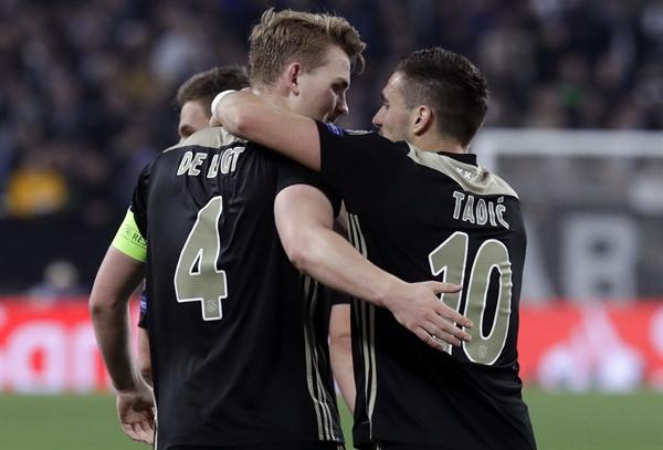 2019년 4월 17일 오전 4시(한국시간), 이탈리아 토리노의 알리안츠 스타디움에서 열린 유벤투스와 아약스의 유럽 챔피언스리그 8강 2차전 경기. 아약스의 마티아스 데 리흐트(왼쪽)이 팀의 두 번째 골을 넣은 후 동료 타디치와 함께 기뻐하고 있다.