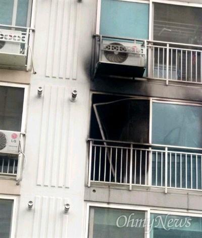경남 진주의 한 아파트에 사는 40대 남성이 자신의 집에 불을 내고 흉기를 휘둘러 5명이 사망했다. 사진은 불이 난 아파트.