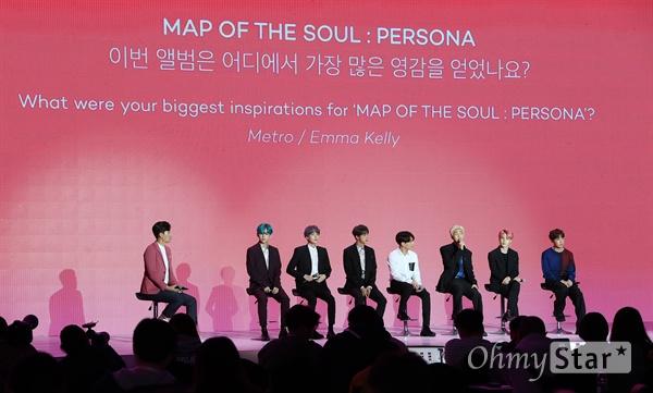 방탄소년단, 전세계에서 온 질문 방탄소년단(뷔, 슈가, 진, 정국, RM, 지민, 제이홉)이 17일 오전 서울 DDP에서 열린 미니앨범 < MAP OF THE SOUL : PERSONA > 발매 글로벌 기자간담회에서 질문에 답하며 앨범과 수록곡을 소개하고 있다. < MAP OF THE SOUL : PERSONA >는 방탄소년단의 새로운 연작인 MAP OF THE SOUL의 포문을 여는 첫 앨범으로, 지금의 위치에 오를 수 있게 해준 팬들에게 전하고 싶은 솔직한 이야기와 내면을 비롯한 세상에 대한 관심과 사랑의 즐거움을 이야기하고 있다.
