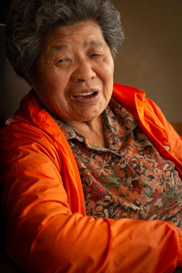 김종분 할머니를 가까이에서 클로즈한 모습 행당시장에서 노점을 하며 더울때, 추울 때는 인근 맥도날드에서 잠시 피난(?)을 하기도 한다. 그곳에서 찍은 사진.