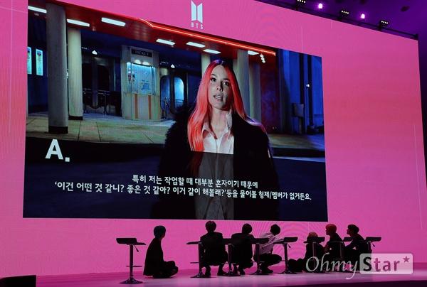 방탄소년단, 모두를 위한 배려 방탄소년단(뷔, 슈가, 진, 정국, RM, 지민, 제이홉)이 17일 오전 서울 DDP에서 열린 미니앨범 < MAP OF THE SOUL : PERSONA > 발매 글로벌 기자간담회에서 행사장의 모든 사람들이 화면을 볼 수 있도록 의자를 벗어나 무릎을 꿇은채 영상을 보고 있다. < MAP OF THE SOUL : PERSONA >는 방탄소년단의 새로운 연작인 MAP OF THE SOUL의 포문을 여는 첫 앨범으로, 지금의 위치에 오를 수 있게 해준 팬들에게 전하고 싶은 솔직한 이야기와 내면을 비롯한 세상에 대한 관심과 사랑의 즐거움을 이야기하고 있다.