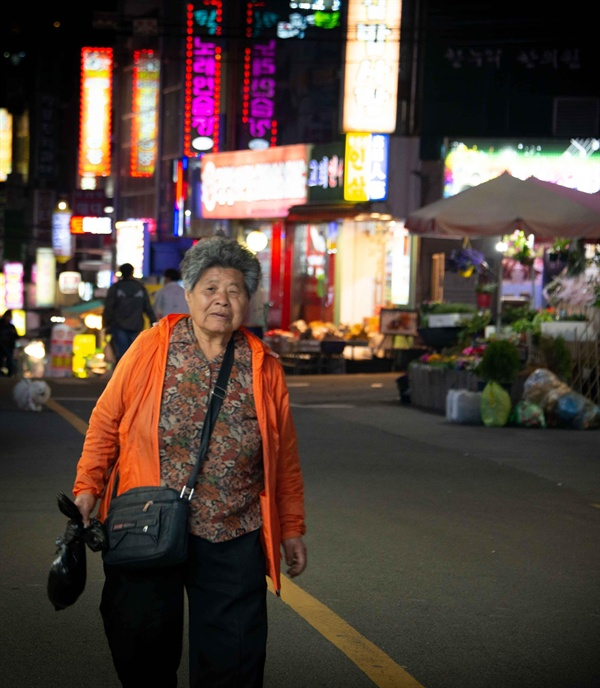 김종분 할머니의 귀가길 새벽 1시까지 장사를 하고 집으로 돌아가는 길.