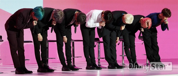 방탄소년단, 사랑스런 인사! 방탄소년단(뷔, 슈가, 진, 정국, RM, 지민, 제이홉)이 17일 오전 서울 DDP에서 열린 미니앨범 < MAP OF THE SOUL : PERSONA > 발매 글로벌 기자간담회에서 인사를 하고 있다. < MAP OF THE SOUL : PERSONA >는 방탄소년단의 새로운 연작인 MAP OF THE SOUL의 포문을 여는 첫 앨범으로, 지금의 위치에 오를 수 있게 해준 팬들에게 전하고 싶은 솔직한 이야기와 내면을 비롯한 세상에 대한 관심과 사랑의 즐거움을 이야기하고 있다.