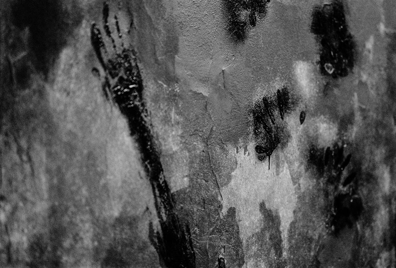 지하층 벽면의 손바닥