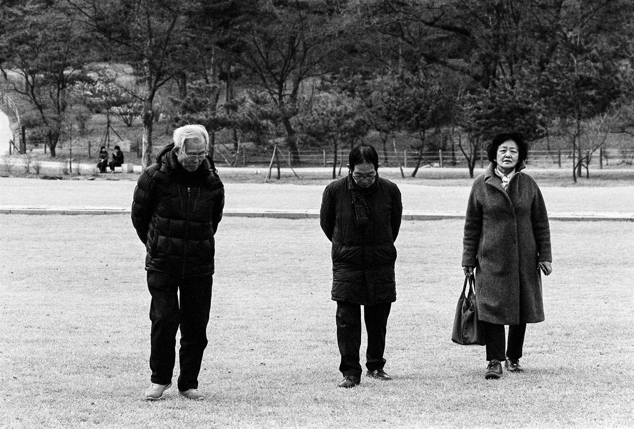 의릉을 걷고 있는 이사영, 최양준, 김순자(왼쪽부터)