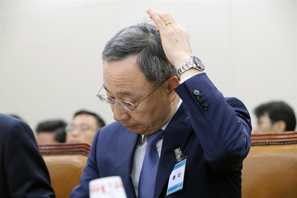 황창규 KT 회장이 17일 국회에서 열린 제1차 과학기술정보방송통신위원회 전체회의에 참석해 있다.