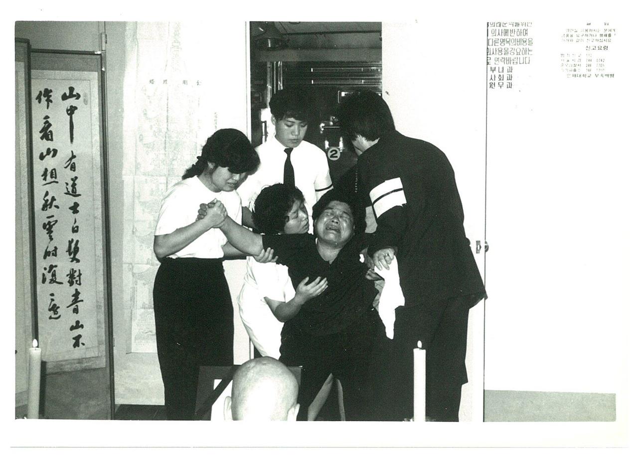 백병원 영안실에서 통곡하는 김종분 여사  91년 5월25일부터 6월11일까지 김귀정열사는 백병원 영안실에 있었다.
