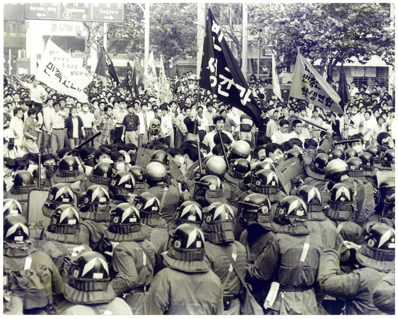 91년 김귀정열사 사망규탄 투쟁현장의 모습 김귀정 열사의 사망을 계기로 공안통치 분쇄 투쟁은 더욱 격화되었다.