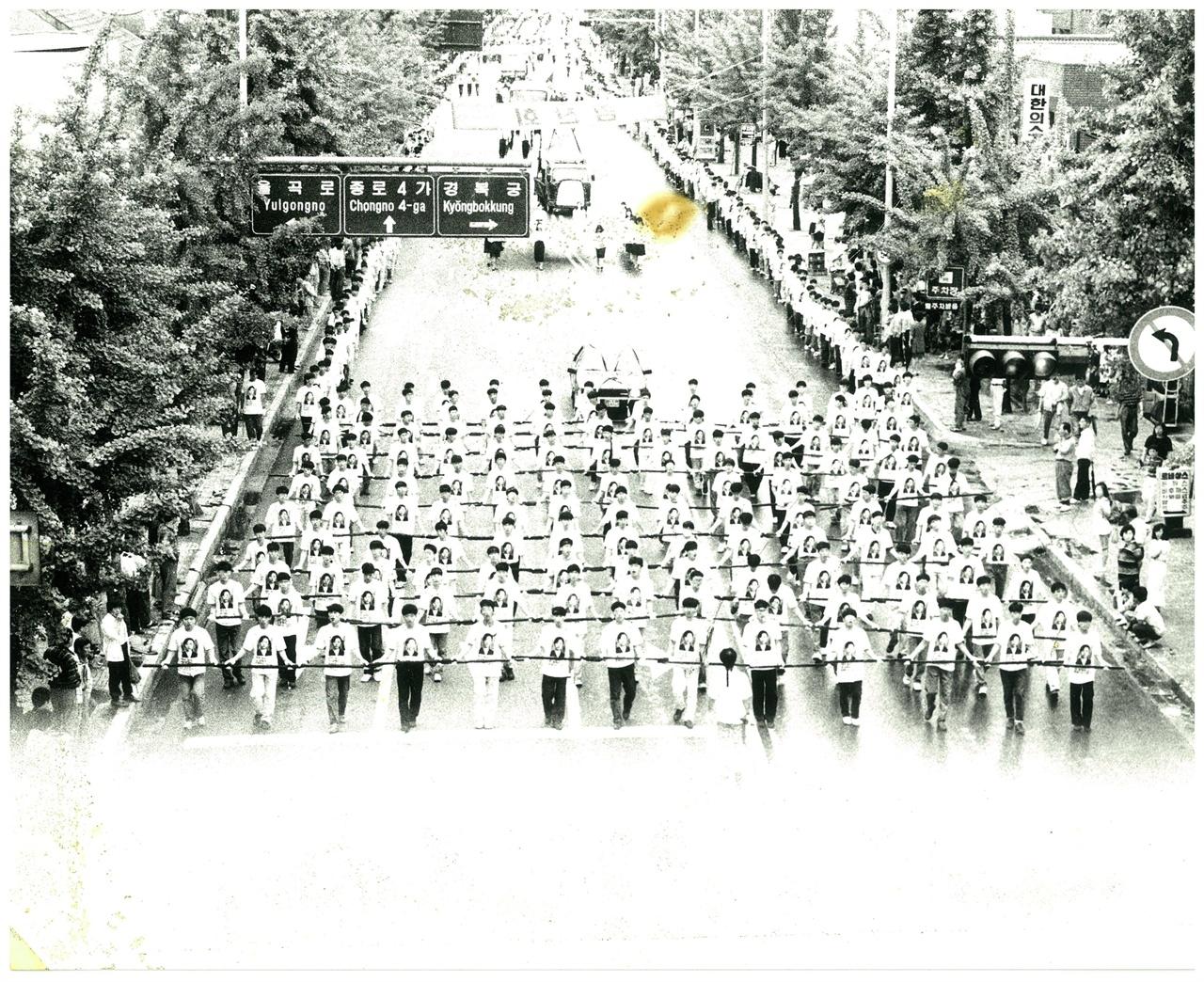 김귀정의 장례행렬 91년 6월12일 성대를 출발한 장례행렬은 파고다공원, 대한극장, 무학여고를 거쳐 모란공원에서 마쳤다.