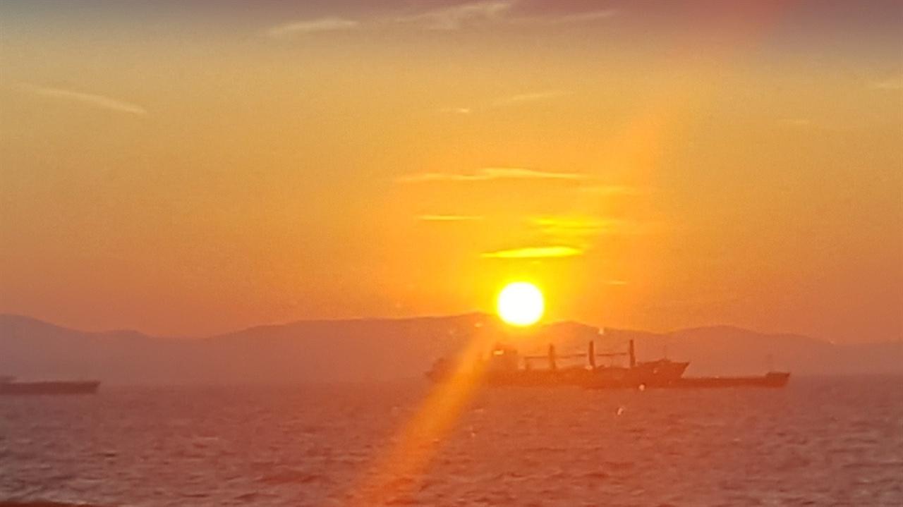 터키 이스탄불 아침 일출. 이국땅에서 솟아오르는 태양을 보니 색다른 느낌으로 다가왔습니다.