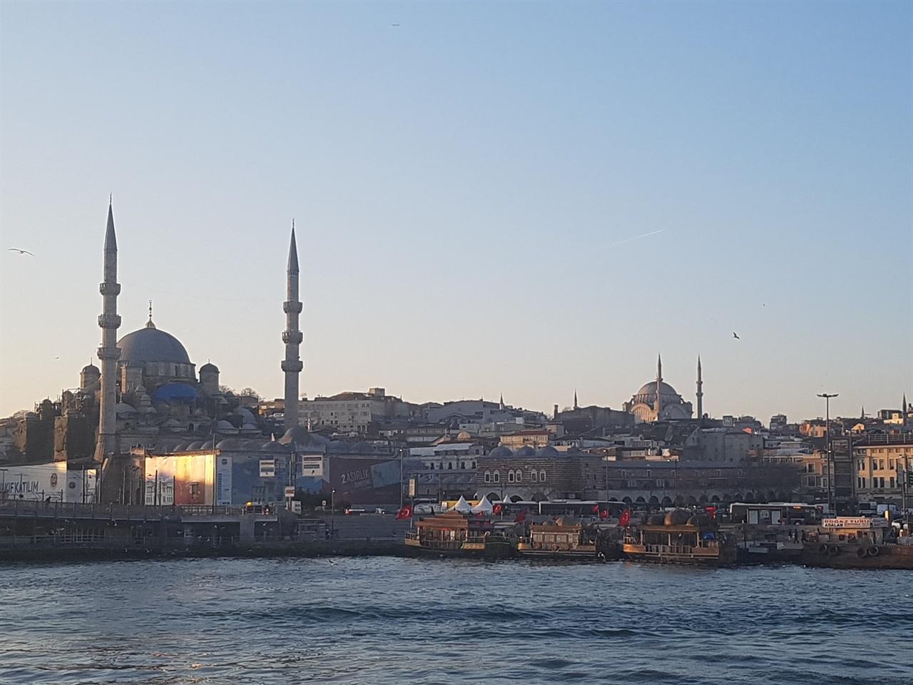 보스포루스 해협에서 보는 이스탄불의 모스크. 첨탑의 위용이 대단합니다.