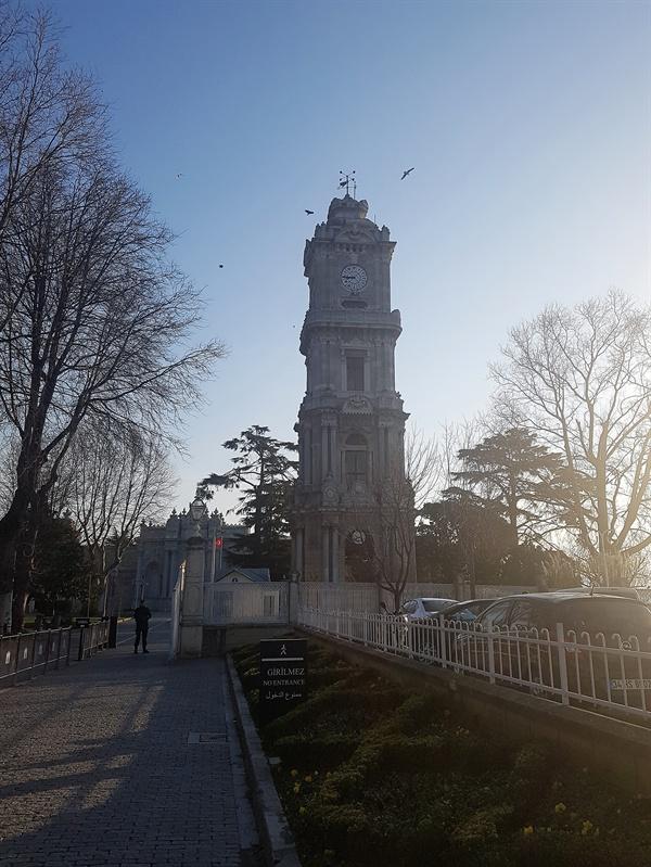 수문장처럼 버티고 있는 돌마바흐체 궁전 시계탑.