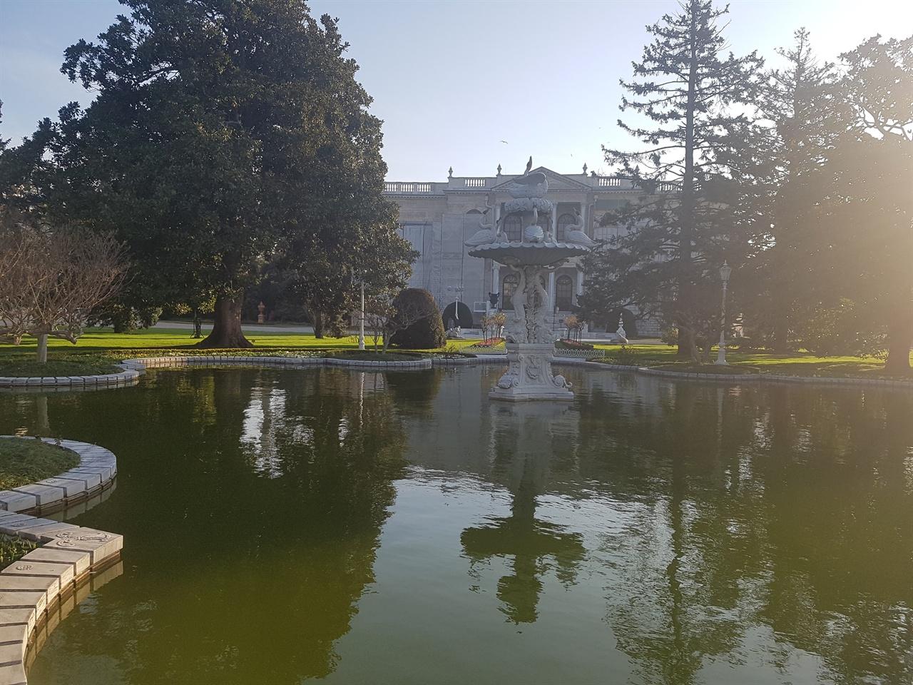 돌마바흐체 궁전의 정원도 참 아름답게 가꿔져 있습니다.