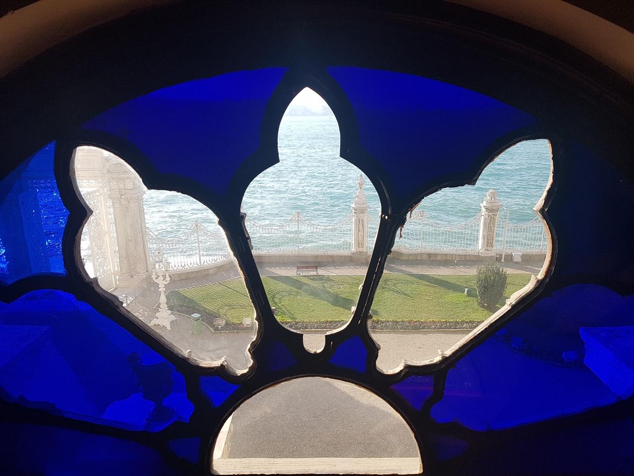 궁전 안에서 보는 보스포루스 해협은 참 아름답게 펼쳐졌습니다.