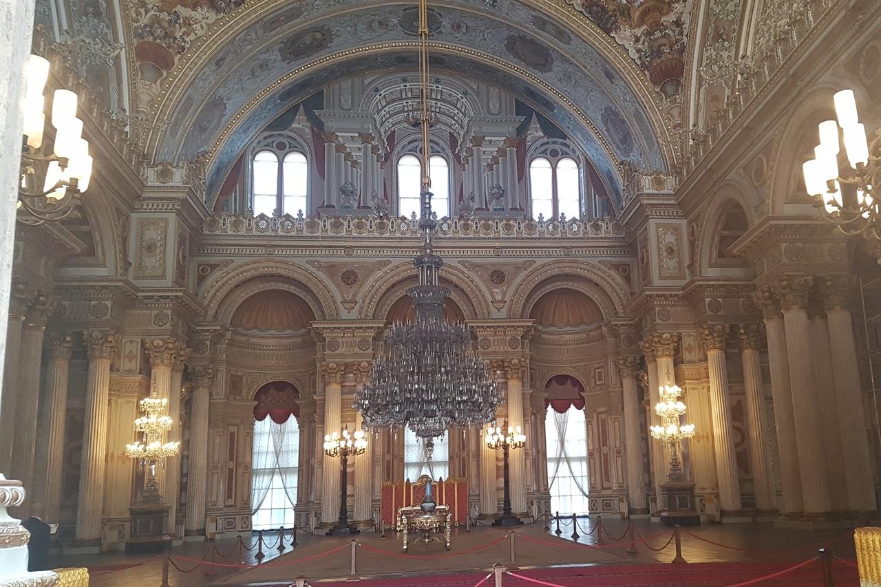 궁전 밖에서 촬영한 궁전 안의 그랜드 홀 샹들리에는 화려함의 극치를 보여주었습니다.