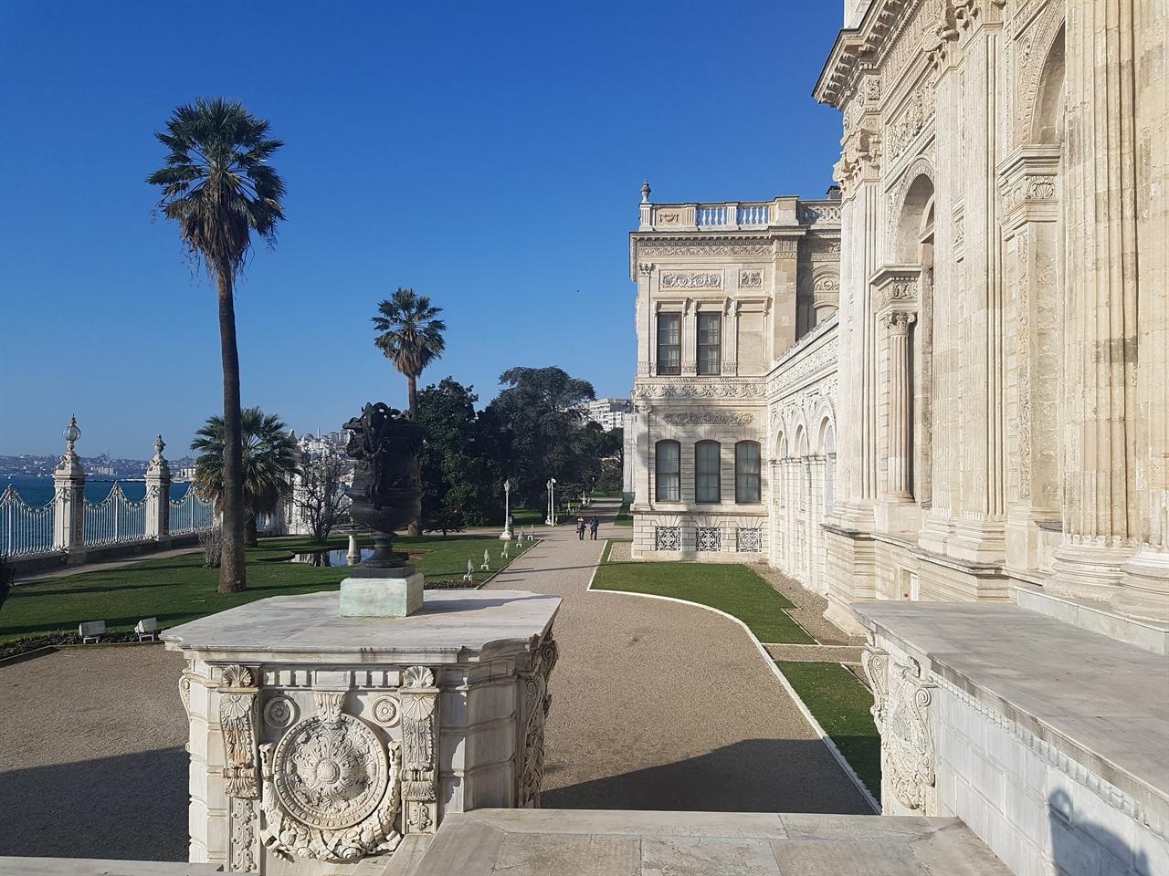 19세기 중반 보스포루스 해협에 인접한 돌마바흐체 궁전은 프랑스 베르사유 궁전을 모델로 건축되었습니다.