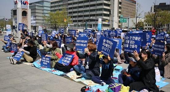 15일 시민모임 '미세먼지 대책을 촉구합니다(미대촉)' 주최 집회에서 참가자들이 '숨 쉬는 것 만큼은 차별 없는 세상을 만들자' 등 손팻말을 흔들며 구호를 외치고 있다.