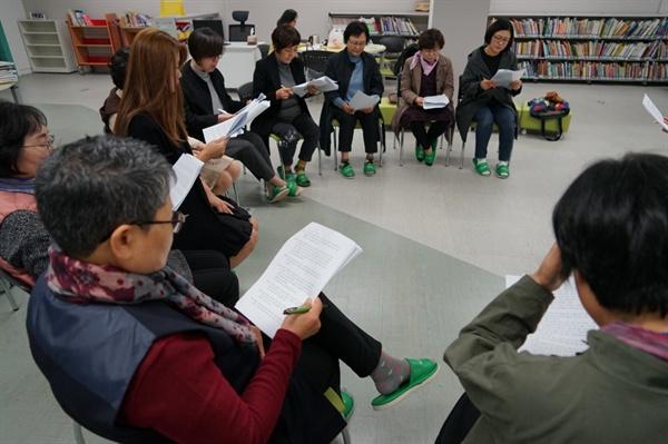 불당문화창작소 교육생들이 낭독극으로 각색된 <카프카의 변신> 대본을 읽고 있다.