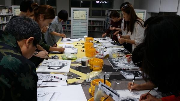 불당문화창작소 회원들이 각자 자신이 읽은 책을 재해석해 그림으로 표현하고 있다.