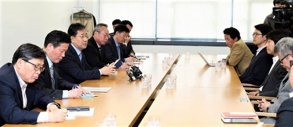16일 오후 서울 삼청동 국립현대미술관 서울관에서 영화인들과 간담회를 갖고 있는 박양우 문체부 장관