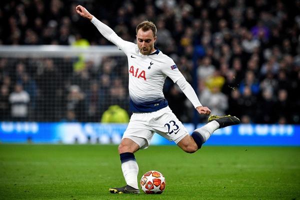 지난 9일 영국 런던 홋스퍼 스타디움에서 열린 맨체스터 시티FC와의 UEFA챔피언스리그 8강 1차전에서 토트넘 홋스퍼 FC 크리스티안 에릭센이 슈팅을 시도하고 있다.