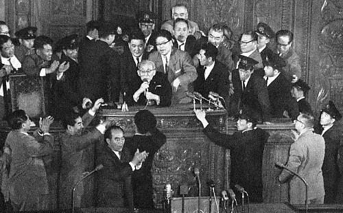 안보조약 개정안을 날치기 통과시키는 일본 국회(사진출처: 일본 위키백과)