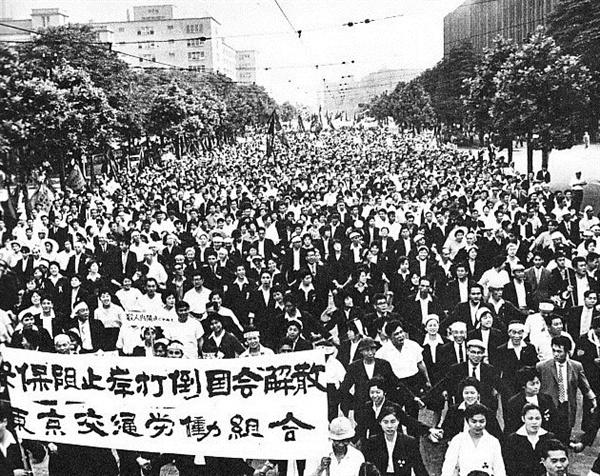 1960년 6월 15일, 국회로 향하는 시위대(출처: 일본 위키백과)