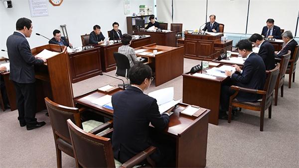 강릉시의회 산업위원회가 추가경정예산안 심사를 하고있다.