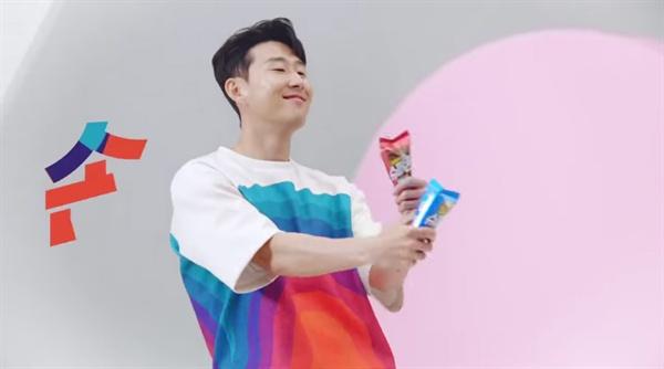 축구스타 손흥민(토트넘)은 최근 득점포 행진 외에도 아이스크림 CF 속 막춤으로 큰 인기를 얻고 있다. (광고 영상 캡쳐)