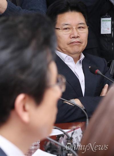 팔짱 낀 홍문종 3월 6일 오전 국회에서 열린 자유한국당 당대표 및 최고위원-중진의원 연석회의에 홍문종 의원이 참석해 팔짱을 끼고 있다. 왼쪽으로 황교안 대표가 보인다.