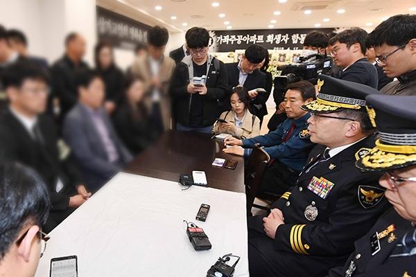 민갑룡 경찰청장이 18일 진주시 가좌동 한 아파트 방화·살인 사건 희생자들의 합동분향소가 마련된 한일병원 장례식장을 찾아 조문한 뒤 유족들의 이야기를 듣고 있다.