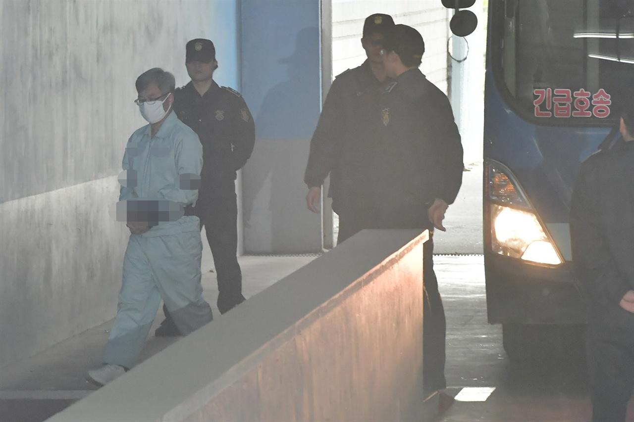 포털사이트의 댓글을 조작한 혐의로 기소된 '드루킹' 김동원씨가 19일 오후 서울 서초구 서울중앙지방법원에서 열리는 2심 1차 공판에 출석하기 위해 호송차에 내려 법정으로 향하고 있다. 2019.04.19