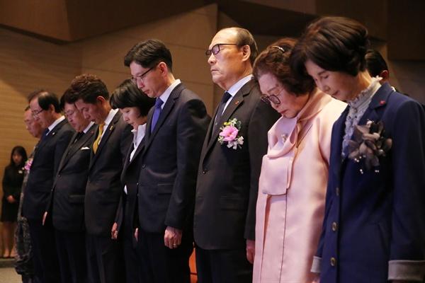 경남도는 4월 19일 경남도청 신관 대강당에서 4.19혁명 기념식을 열었다. 사진은 묵념.