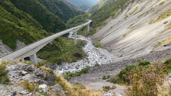 자연 경관이 아름다운 곳에는 자연 경관에 어울리는 고가 고속도로가 있다.