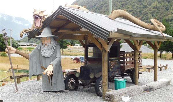 해리 포터에 나오는 인물을 만들어 놓고 손님을 유혹하는 카페