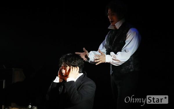 '루드윅 : 베토벤 더 피아노' 인간 베토벤의 눈물 19일 오후 서울 대학로 드림아트센터에서 열린 뮤지컬 <루드윅 : 베토벤 더 피아노> 프레스콜에서 출연배우들이 하이라이트 장면을 시연하고 있다. <루드윅:베토벤 더 피아노>는 천재 음악가로서의 베토벤이 아닌 평범한 한 사람으로서의 존재 의미와 사랑에 대해 고뇌했던 인간 베토벤의 모습을 담은 창작뮤지컬이다. 4월 9일부터 6월 30일까지 공연.