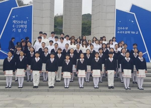제59주년 4·19혁명 기념식  4·19혁명에 참여했던 서울수송초등학교 학생들의 후배인 아리솔 합창단이 '제59주년 4·19혁명 기념식'에서 애국가와 4·19의 노래를 선도하고 기념공연을 하며 민주주의를 위한 선배들의 희생을 기렸다. 사진은 서울수송초등학교 아리솔 합창단 강수현 지도교사와 학생들, 그리고 함께 공연한 대학연합 쇼콰이어 쌍투스코러스.
