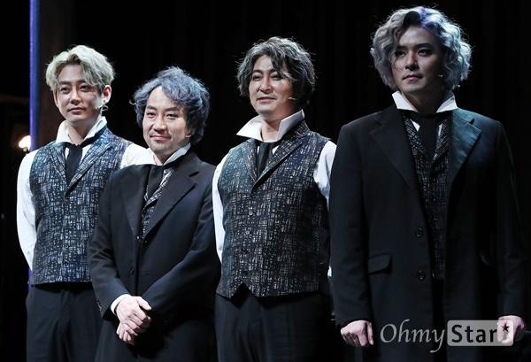 '루드윅 : 베토벤 더 피아노' 부활한 베토벤 19일 오후 서울 대학로 드림아트센터에서 열린 뮤지컬 <루드윅 : 베토벤 더 피아노> 프레스콜에서 루드윅 역의 배우 테이, 김주호, 서범석, 이주광이 포토타임을 갖고 있다. <루드윅:베토벤 더 피아노>는 천재 음악가로서의 베토벤이 아닌 평범한 한 사람으로서의 존재 의미와 사랑에 대해 고뇌했던 인간 베토벤의 모습을 담은 창작뮤지컬이다. 4월 9일부터 6월 30일까지 공연.