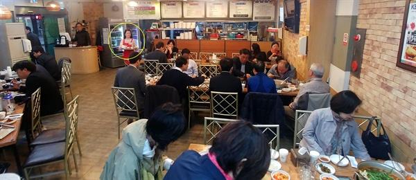 18일 오후 6시 40분, 저녁시간이 되자 식당은 손님으로 가득 찼다. 붉은 앞치마를 입은 신보라 의원(노란 동그라미)이 반찬이 담긴 쟁반을 들고 움직이고 있다.