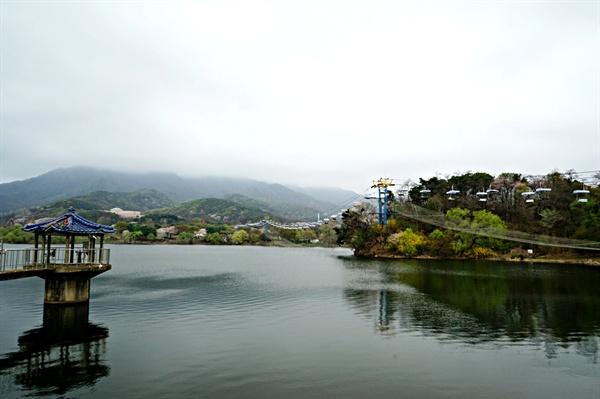 서울대공원 청계저수지와 스카이리프트, 수변에 핀 봄꽃들