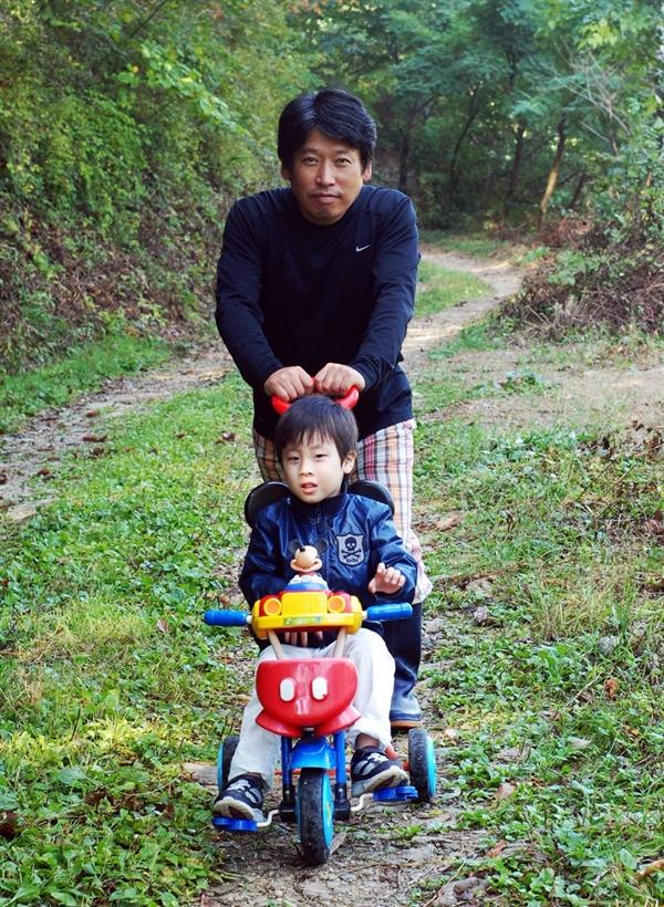 사고 발생 4년 전, 아들과 다정한 시간을 보내고 있는 박야일 작가