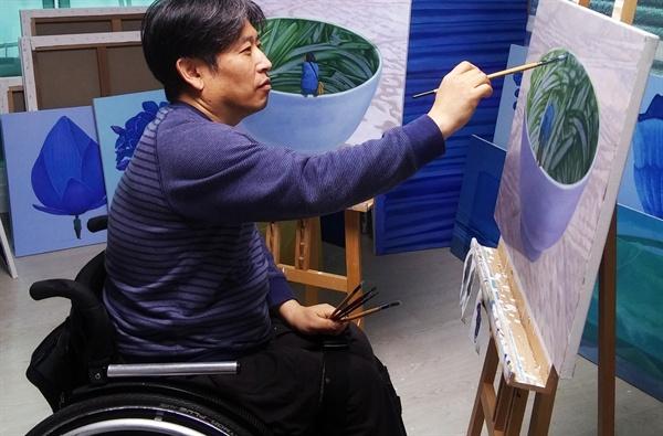 경기도 양평의 작업실에서 그림을 그리는 박야일 작가