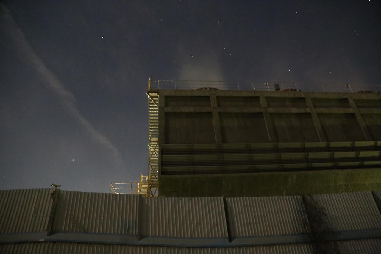 지난 16일 저녁 8시30분 경 환영철강에서 나온 비산먼지. 밤 하늘에 뿌옇게 먼지가 뿜어졌다.