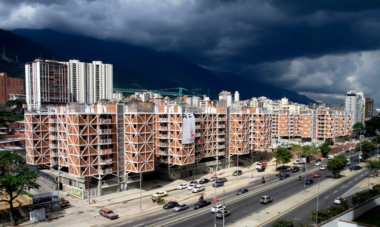 프루토 비바스는 산타로사 공동무상주택 건설에 적극적으로 참여했다