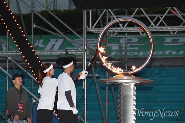 제57회 경북도민체전이 열린 경산시 시민운동장에서 이규형(육상) 선수와 김미옥(테니스) 선수가 성화를 점화하고 있다.