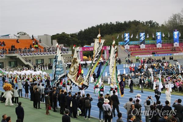 제57회 경북도민체전이 19일 오후 경산 시민운동장에서 개막식을 갖고 4일간의 열전에 들어간 가운데 선수들이 입장하고 있다.