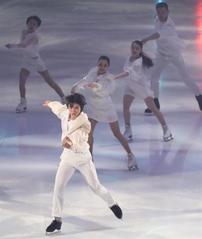 신나게 시작해요 19일 오후 서울 양천구 목동실내빙상장에서 열린 '인공지능 LG ThinQ 아이스판타지아 2019'에서 피겨스케이팅 남자싱글 간판 차준환을 비롯한 피겨 스타들이 공연을 펼치고 있다.