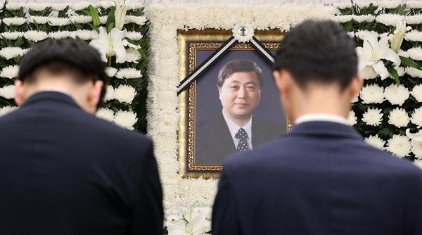 21일 오전 서울 서대문구 신촌세브란스병원 장례식장에 마련된 고 김홍일 전 민주당 의원의 빈소를 찾은 조문객들이 고인을 추모하고 있다.